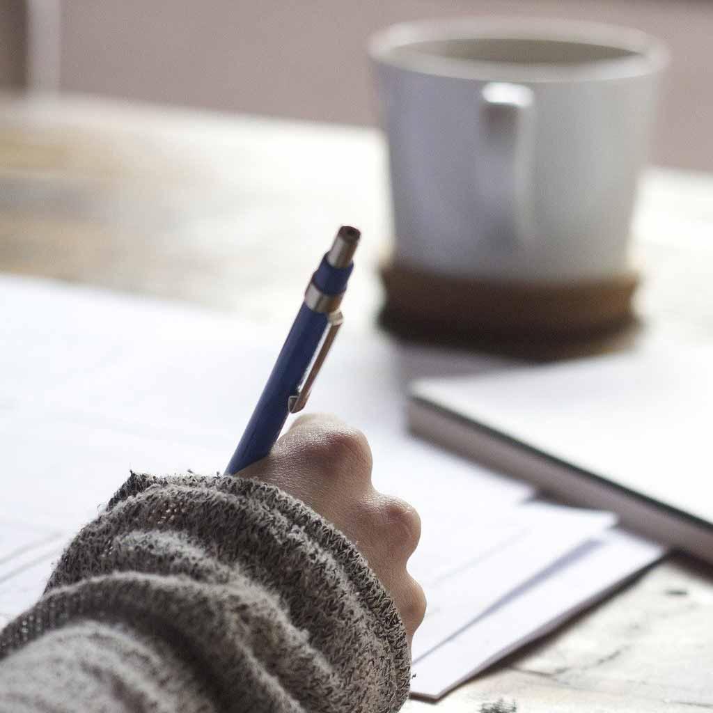 Bild von einer Hand die gerade etwas zeichnet